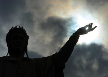 Silhouette del monumento a Dante Alighieri in piazza Dante a Napoli