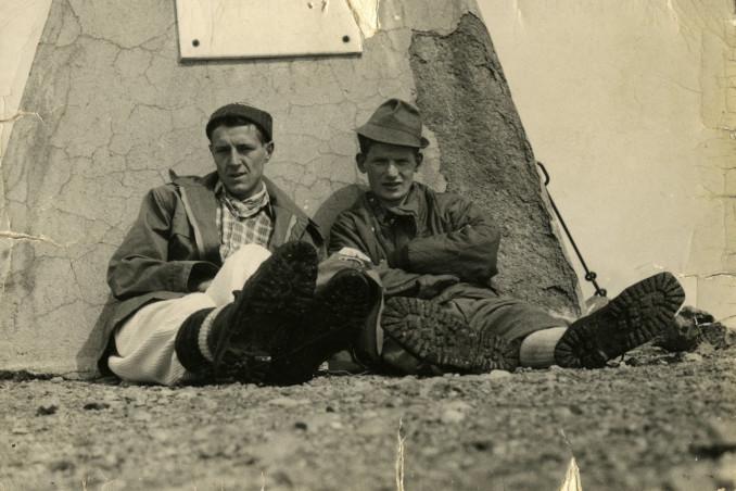 Fabio Baroncini con Angelo Scola a riposo durante un'escursione in montagna