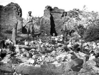 Soldati fra i resti delle vittime del genocidio in un villaggio armeno nel 1915