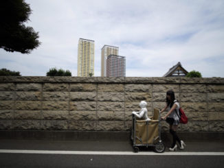 Passeggiata con il robot Pepper in una strada di Tokyo