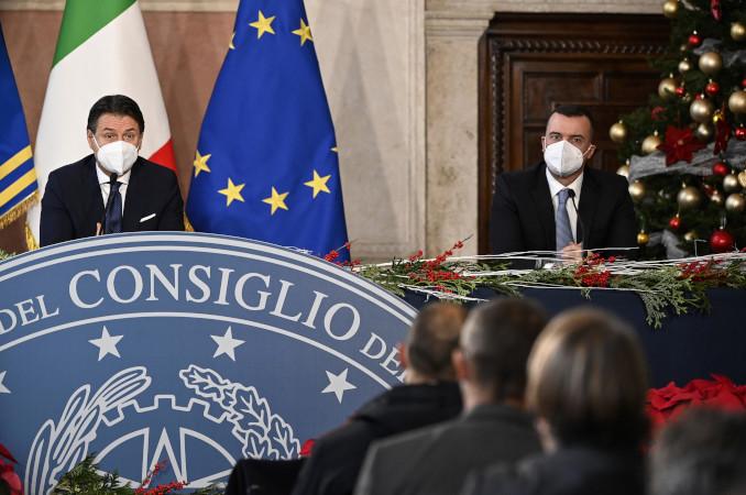 Giuseppe Conte e Rocco Casalino in conferenza stampa davanti ai giornalisti