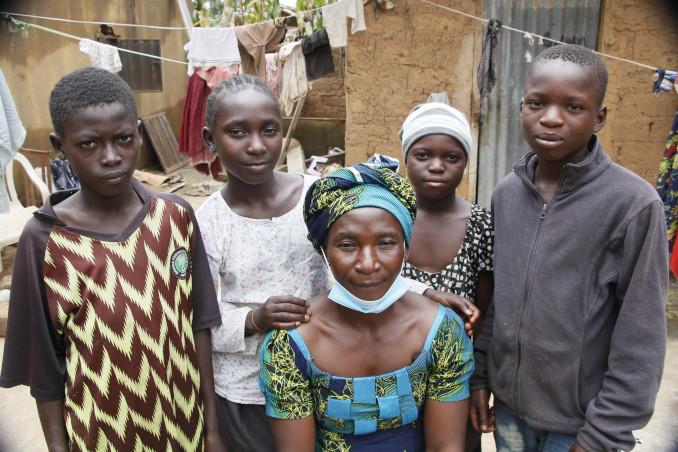 Hajaratu con i figli superstiti all'attacco dei Fulani al villaggio