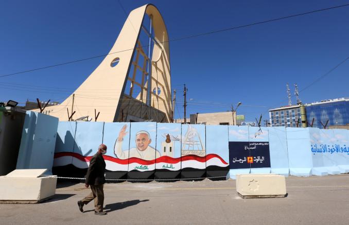 La chiesa di Nostra Signora della Salvezza a Baghdad, Iraq, decorata in attesa della visita di papa Francesco