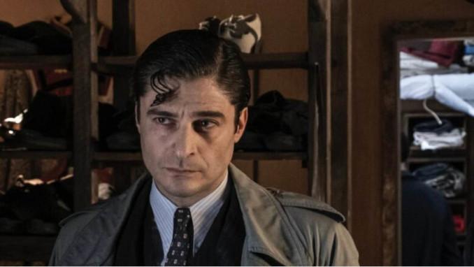 Lino Guanciale nei panni del commissario Ricciardi nell'omonima serie tv Rai