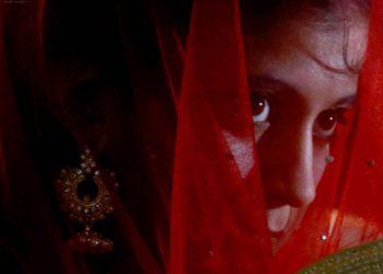 Giovane donna pakistana vestita da sposa per il matrimonio