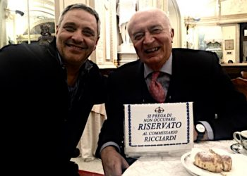 """Maurizio De Giovanni e Pippo Corigliano al tavolo del Caffè Gambrinus di Napoli """"riservato al commissario Ricciardi"""""""