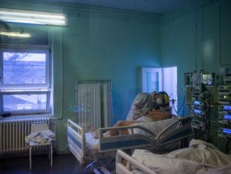 Un medico assiste un paziente malato di Covid ricoverato in terapia intensiva