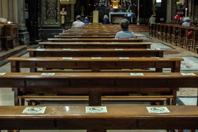 Fedeli cattolici a Messa con distanziamento per l'emergenza coronavirus