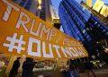 Protesta contro l'ex presidente Usa Donald Trump e il suo vice Mike Pence all'esterno della sede di Twitter a San Francisco