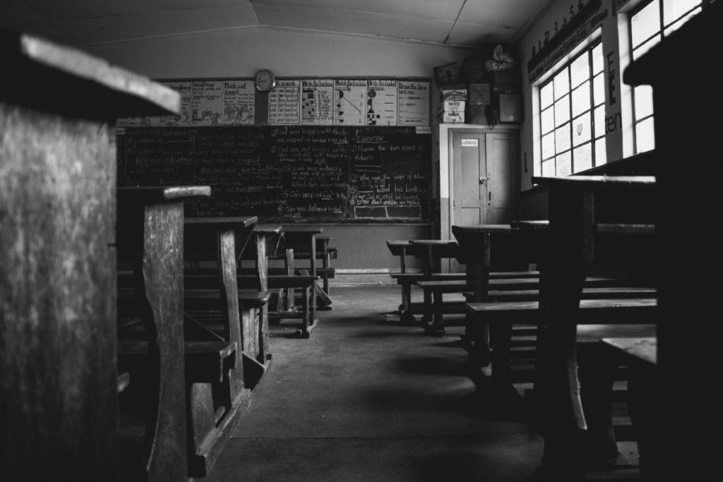 Classe di scuola deserta in Africa