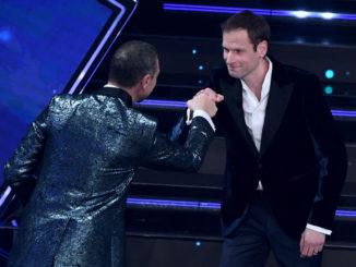Alex Schwazer accolto da Amadeus sul palco del Festival di Sanremo edizione 2021