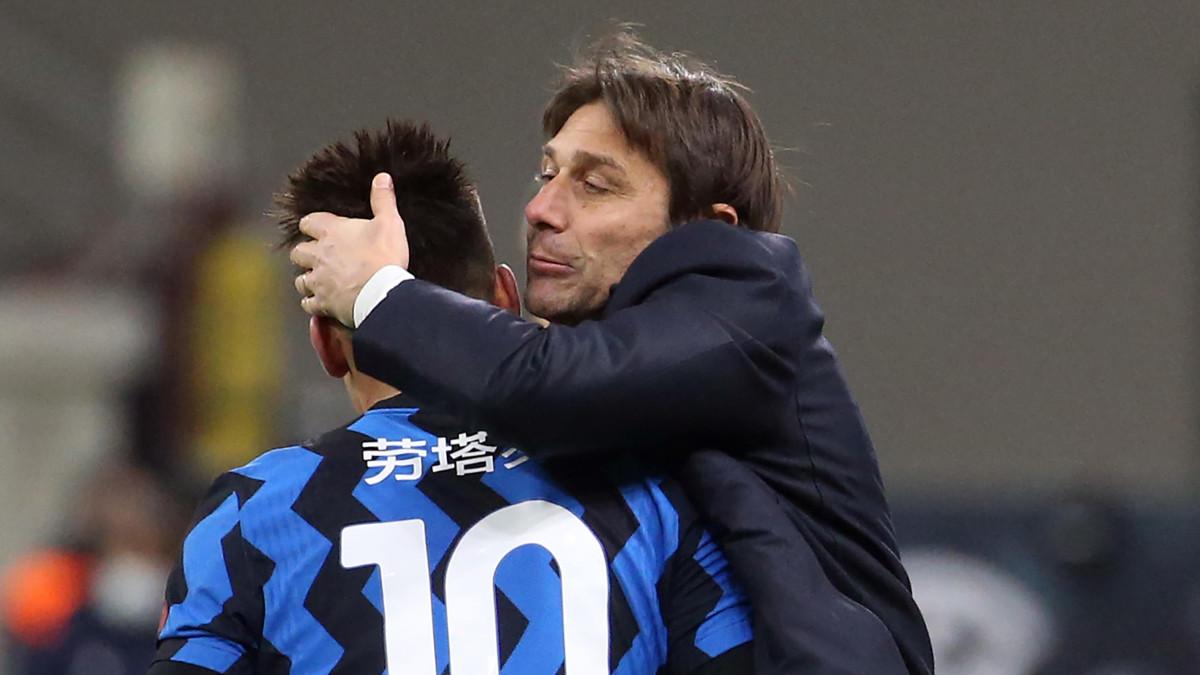 Antonio Conte abbraccia Lautaro Martinez