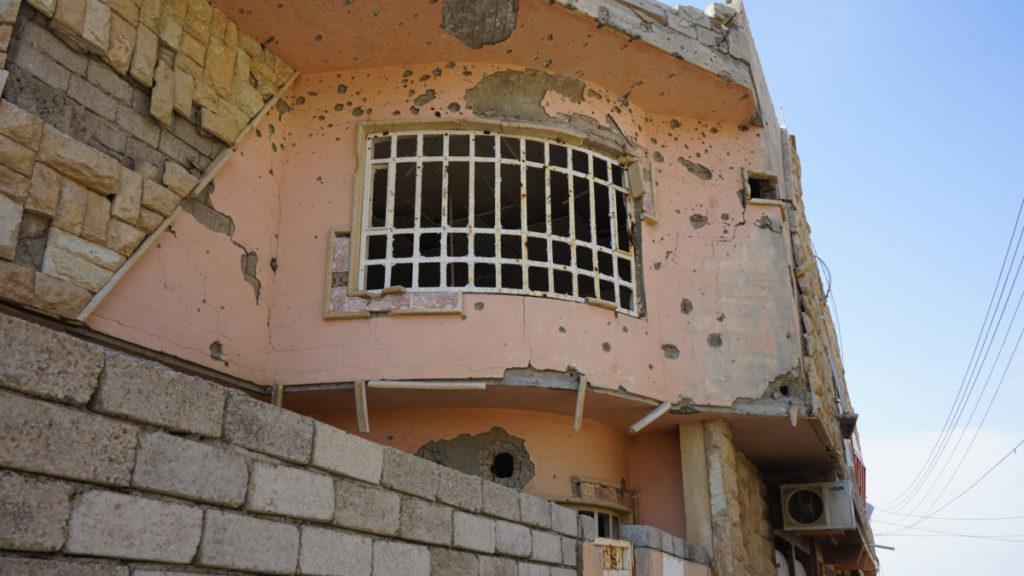 Segni di colpi di arma da fuoco lasciati dall'Isis su un edificio di Bartella, Iraq