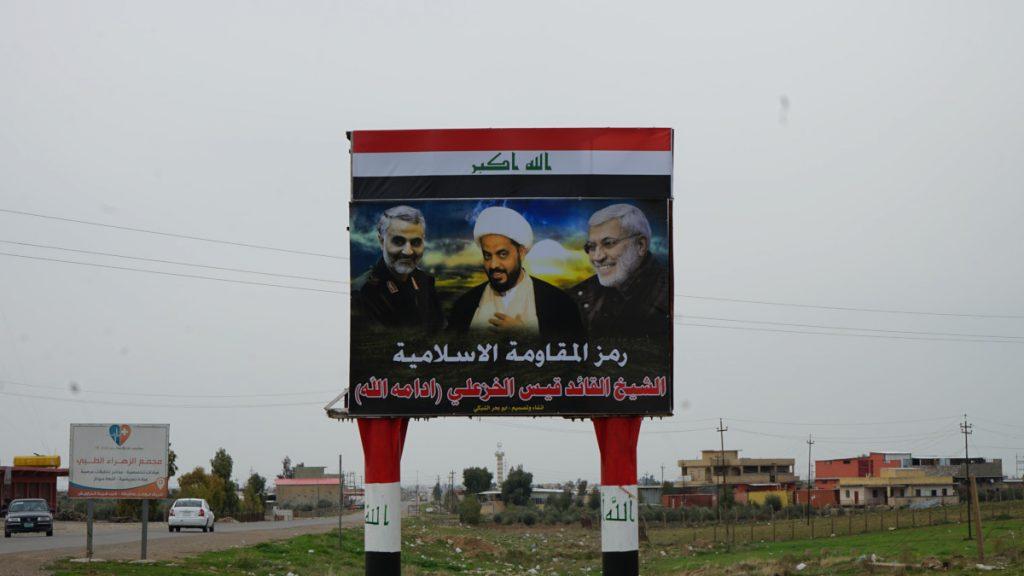 Manifesto inneggiante a leader sciiti iraniani all'ingresso di Bartella, Iraq