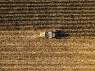 campo agricolo trattore vista drone