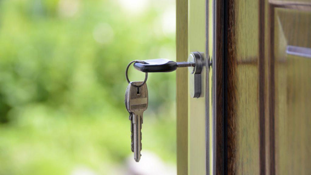 Porta di casa aperta