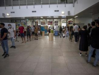 Coda di elettori a un seggio in Israele per le elezioni 2021