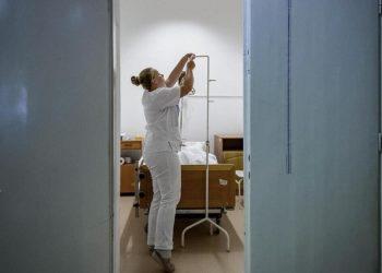Un medico prepara un'eutanasia in Olanda