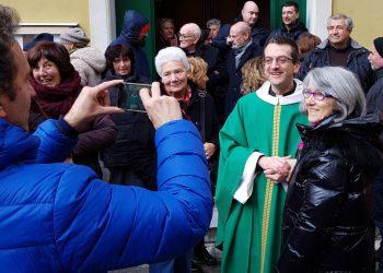 Don Giulio Mignani, parroco di Bonassola, tra i fedeli davanti alla chiesa