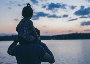 Papà con la figlia sulle spalle