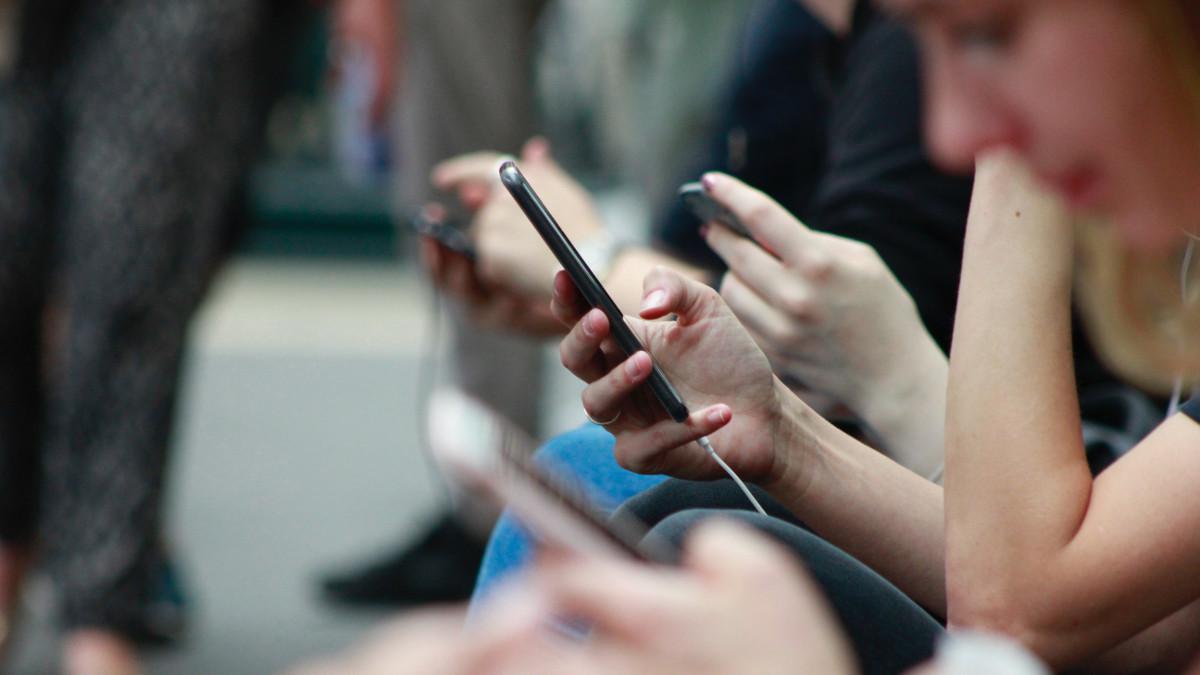 Gruppo di persone con smartphone in mano