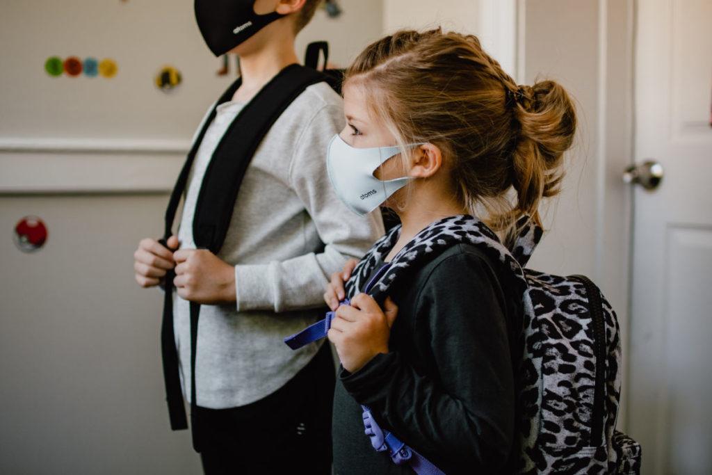 Bambini pronti a rientrare a scuola con protezioni anti coronavirus