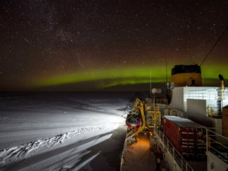 Immagine notturna della rompighiaccio Usa Polar Star nello Stretto di Bering