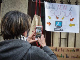 scuola in dad, un genitore fotografa un cartello di protesta