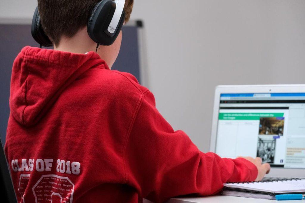 scuola studente fa lezione online davanti al computer