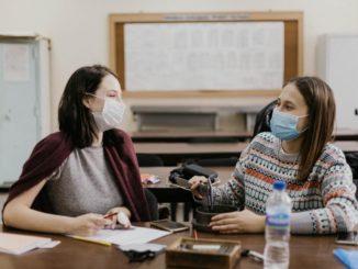 scuola, studentesse con mascherine anti covid-19