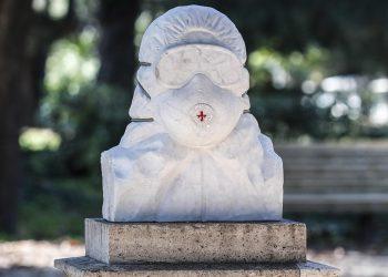 Busto di marmo in onore dei medici eroi dell'emergenza Covid-19 al Pincio, Roma