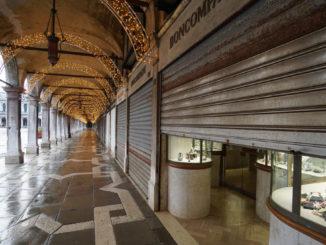 Negozi chiusi per il lockdown anti Covid-19 nel centro di Venezia