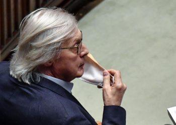 Vittorio Sgarbi in Parlamento con mascherina contro il Covid