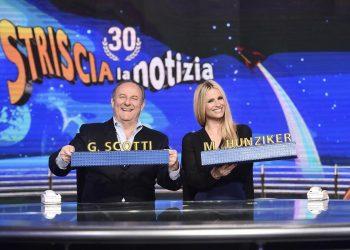 Gerry Scotti e Michelle Hunziker durante una puntata di Striscia la Notizia