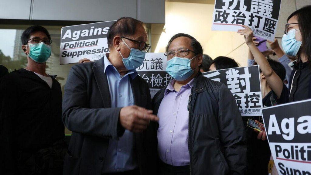 Albert Ho fuori dal tribunale di Hong Kong dopo la condanna al carcere