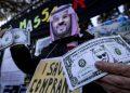 Un uomo travestito da Mbs protesta contro il regime dell'Arabia Saudita in Italia