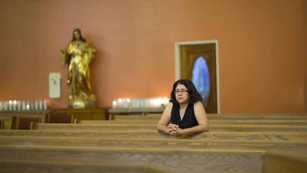 Una donna in una chiesa cattolica in Texas, Usa