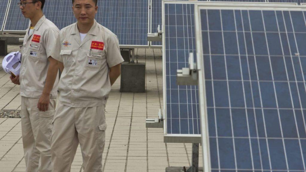 Dipendenti di un'azienda che produce pannelli solari in Cina