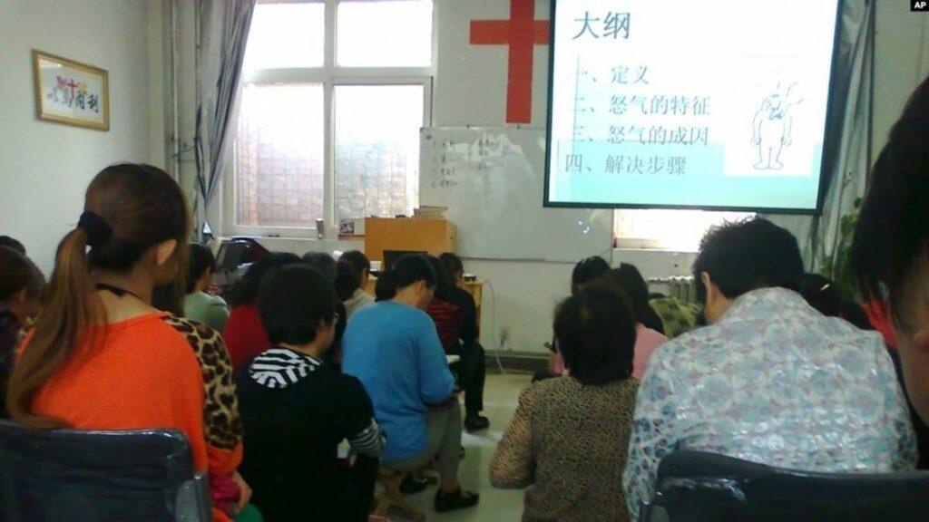 Un gruppo di cattolici si ritrova in una casa privata in Cina, nell'Hebei, per celebrare la Messa
