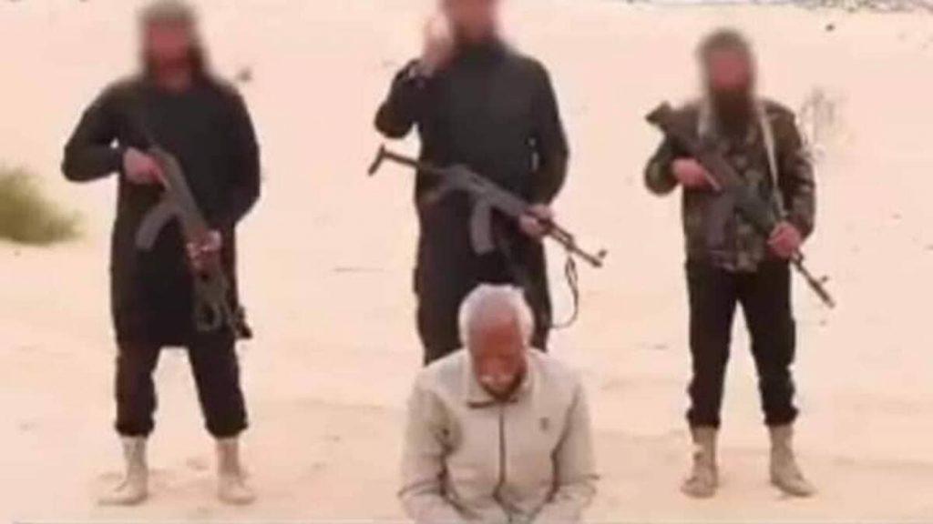 Un frame del filmato diffuso dall'Isis che mostra l'esecuzione del cristiano copto Salama nel Sinai del Nord, Egitto