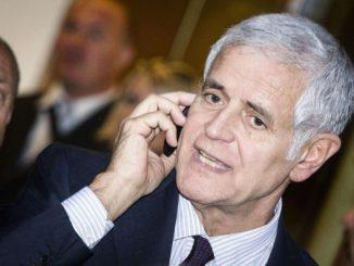 Roberto Formigoni parla al telefono