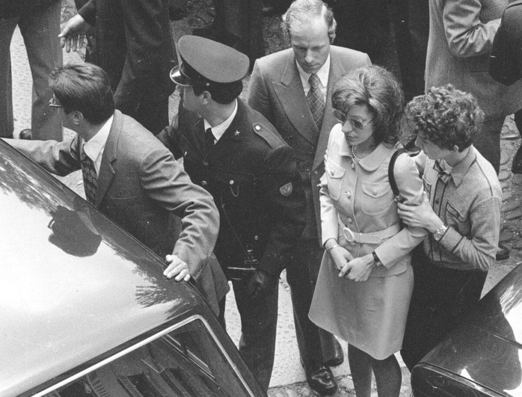 Gemma Calabresi ai funerali del marito, il commissario Luigi Calabresi