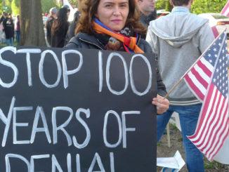 Una donna negli Stati Uniti regge un cartello per chiedere al suo paese di riconoscere il genocidio armeno