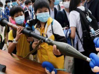 I bambini di Hong Kong provano armi giocattolo durante la giornata di educazione sulla sicurezza nazionale