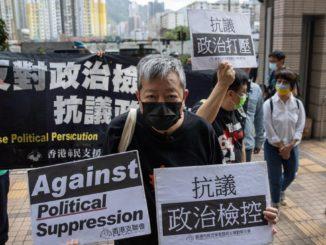 Lee Cheuk-yan protesta a Hong Kong prima del suo processo