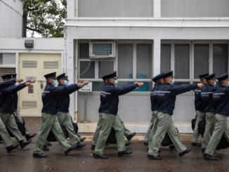 Agenti di polizia in parata a Hong Kong