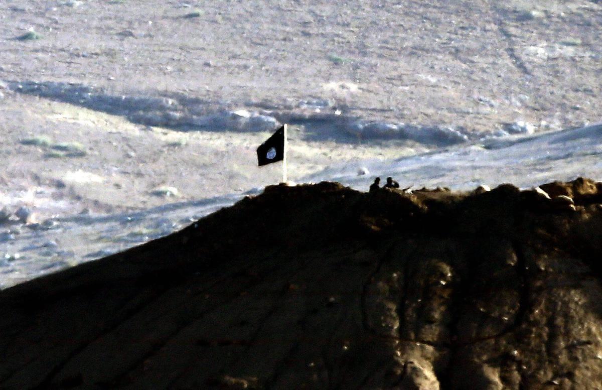 Bandiera nera dell'Isis a Kobane