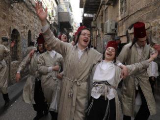 Giovani in festa per strada in Israele