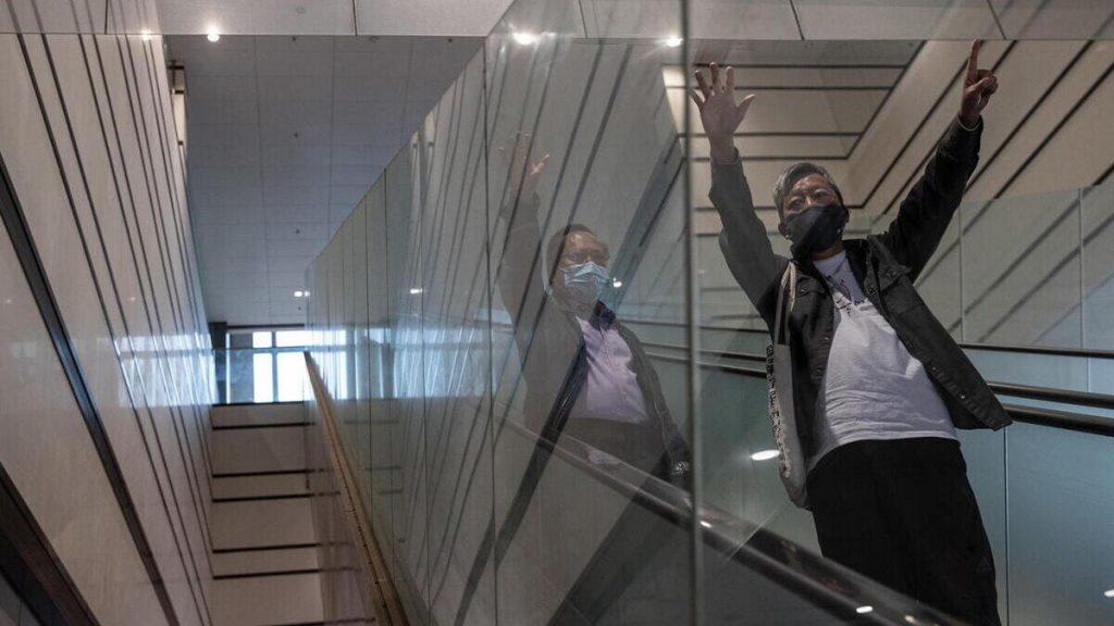 Lee Cheuk-yan e Albert Ho salutano i manifestanti prima del processo a Hong Kong