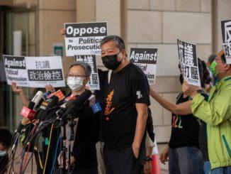 Lee Cheuk-yan durante una manifestazione di protesta contro la Cina a Hong Kong